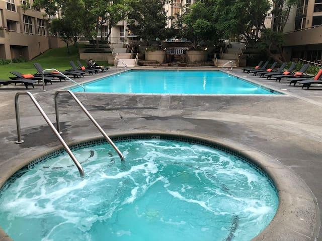 Luxury Downtown LA Condo with Pool & Jacuzzi - 1