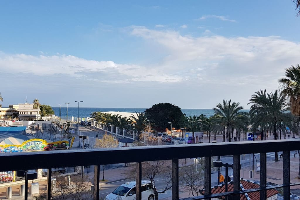 Terraza con vistas al paseo marítimo