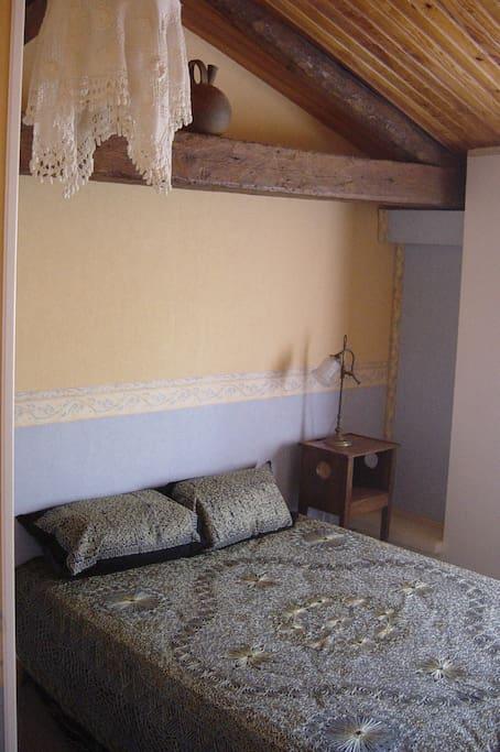 Première chambre de la suite familiale.
