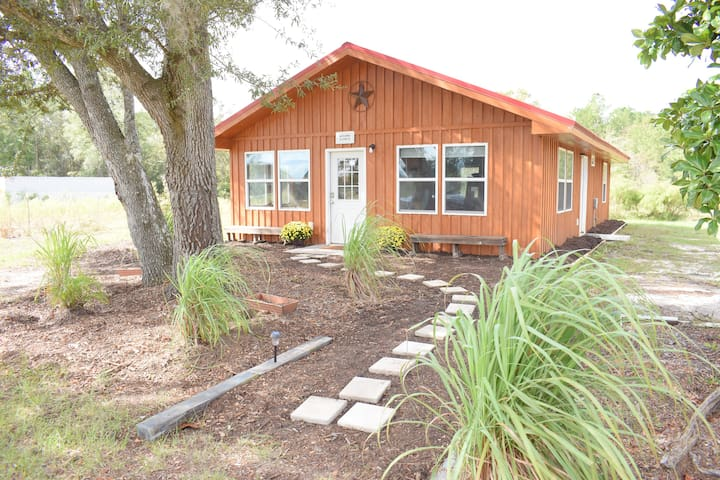 Farm Cabin at JV Ranch, only 30min from the beach!