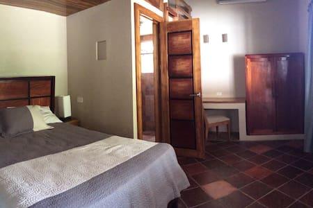 Jungle living with A/C, Wifi, TV - Quepos - ที่พักพร้อมอาหารเช้า