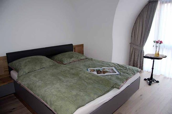 Minimalistisches Schlafzimmer mit Blick zu den Türmen des Stifts