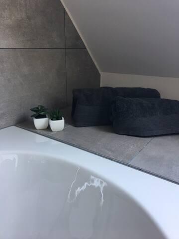 Badkamer 2 met bad en douche