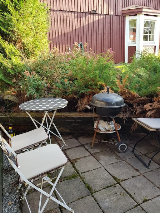 Precis utanför dörren till boendet finns en liten uteplats med grill.