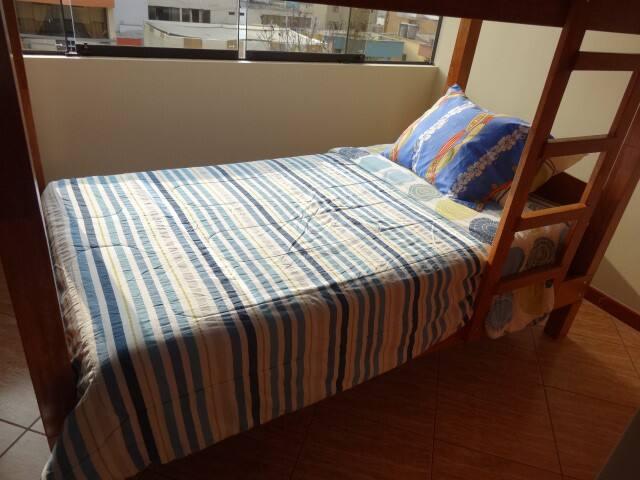 2段ベッドになっていますが、友人同士やカップルにお勧めの個室です。 - San Borja - Apartment