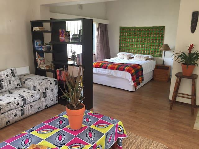 Mellifluous cottage in leafy Parkhurst - Randburg - Appartement