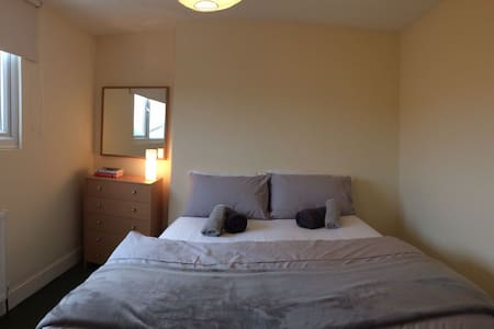 Bright double bedroom - London - Apartment