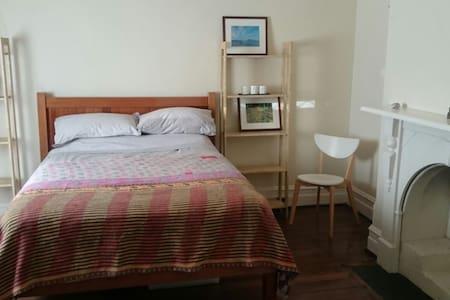 Bedroom in West Leederville, ok solo/couple - West Leederville - Casa