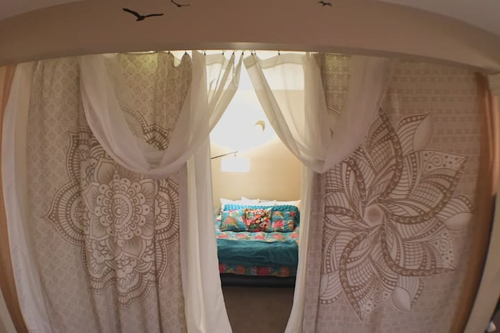 Bohemian Style Indoor Derby Glamping - w/Breakfast - Oldham County - Dům