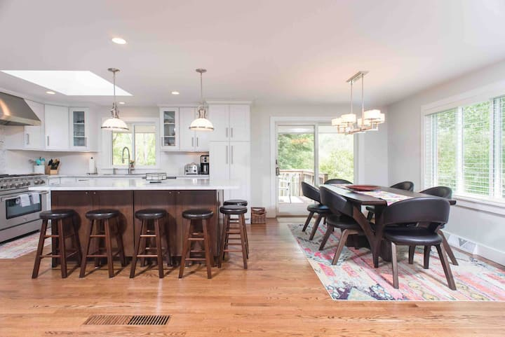Modern and spacious Berkshires 5bdr retreat.