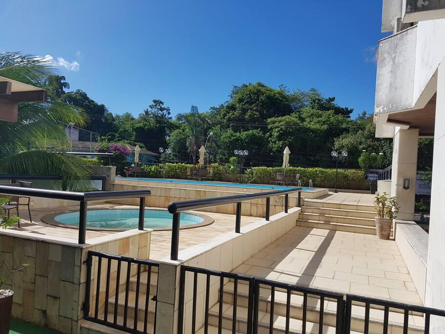 área da piscina infantil e piscina de adultos.