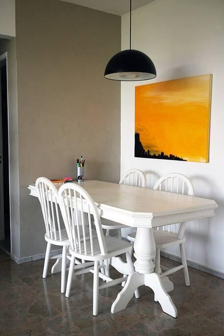 Mesa para fazer refeições ou trabalhar no computador