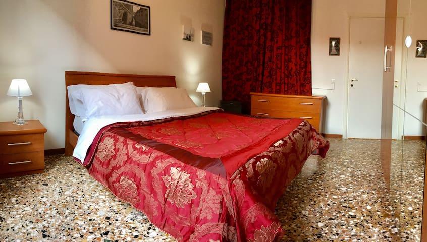 Camera Matrimoniale 1 piano con bagno condiviso