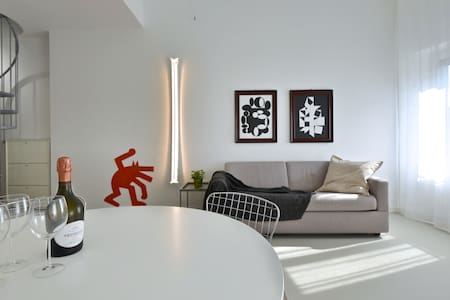 Apt. in historic centre: space, light & style!