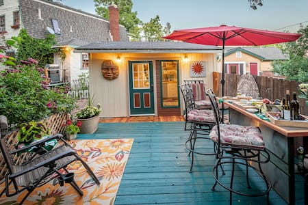 Cozy cottage garden hideaway right downtown