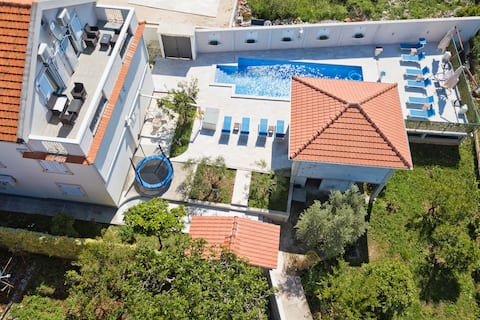 ONE BEDROOM APARTMENT WITH  OUTDOOR POOL