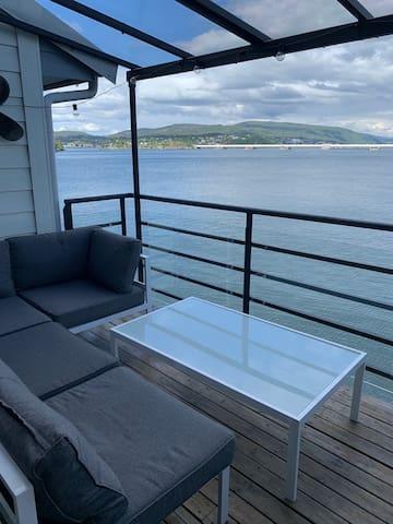 Stor, moderne leilighet helt i sjøkanten