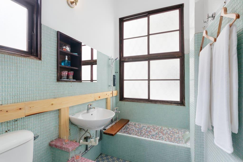 客房內『奶奶年代』Tiffany綠馬賽克浴室