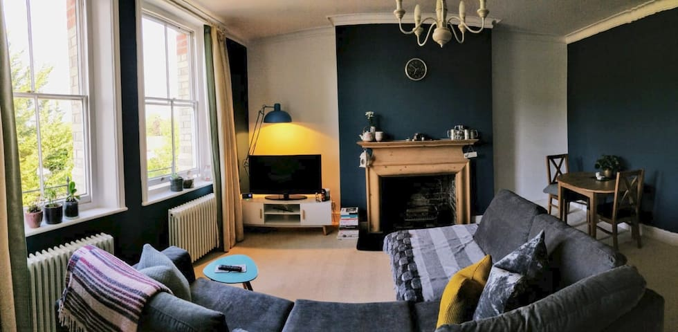 Henley spacious 1st floor apartment with parking