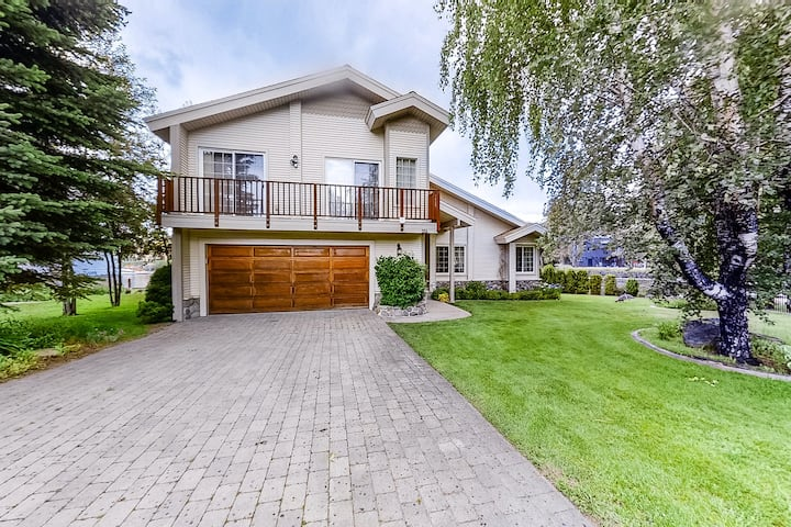 Lakefront escape w/ private hot tub & pool table, shared pool/tennis