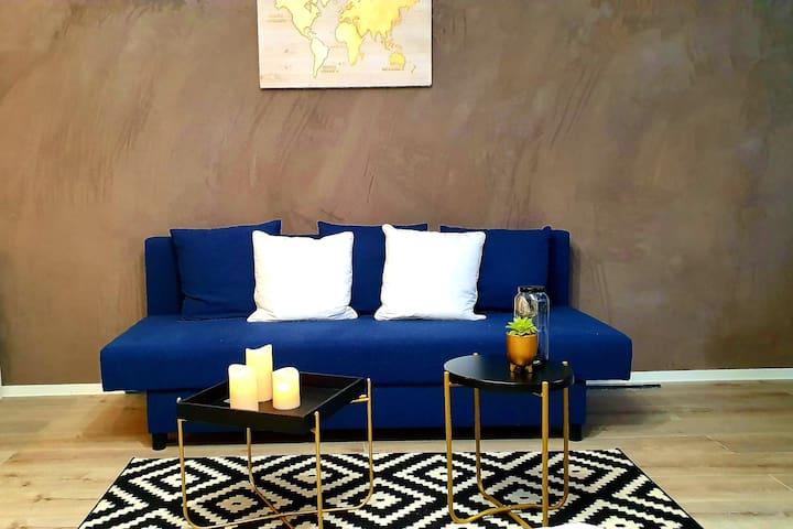 Eleganter Wohnbereich mit Königsblau und Gold - Elegant living area with royal blue and gold