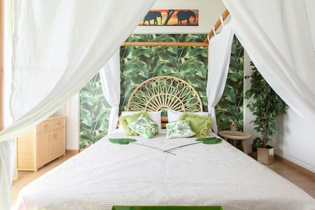 AFRICAN EXOTIC ROOM OVERLOOKING THE RIVER AND PARK - Madrid