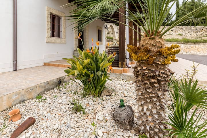 """Strelitzia's house"" with pool, parking and wi.fi"