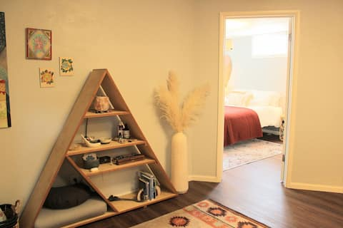 ><The Zen Den>< Private Lower Level Guest Suite