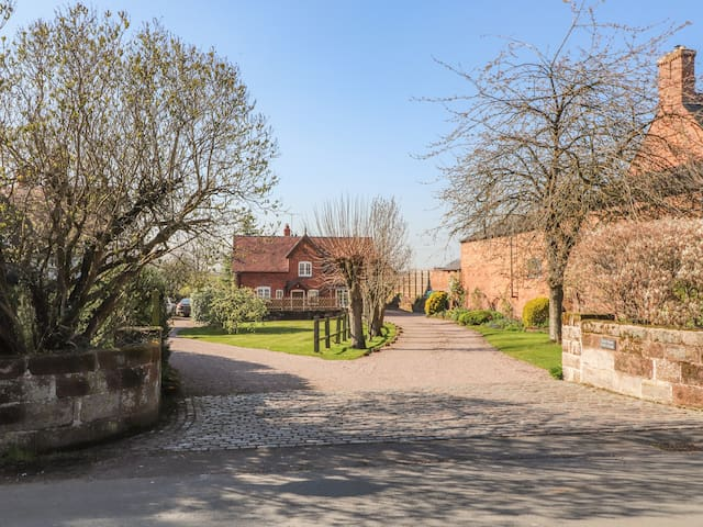 STABLE COTTAGE, family friendly, with a garden in Tilston, Ref 5480