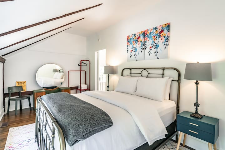 Queen Size Bedroom with Premium Mattress & Hotel Grade Linens