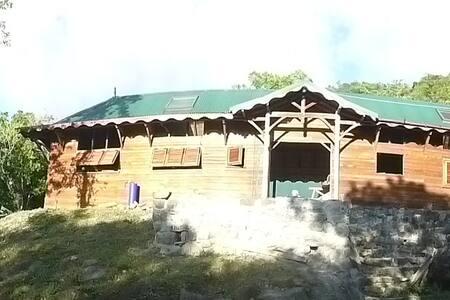 HAVRE DE PAIX - Bouillante - Maan sisään rakennettu talo