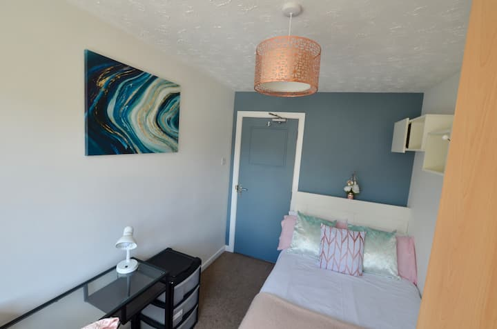 Lovely clean room just 10 minutes from the beach