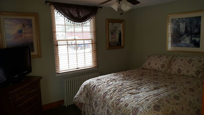 Private Bedroom with a shared bath - Roxbury Township - Dům