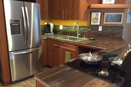 Hideaway in Lyons. Private garden level apartment