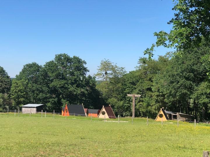 Tipis et Chariots en bois proche de Guédelon