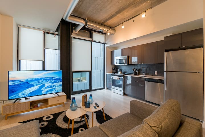 NEW Glasshouse Skyloft Condo MTS Centre Downtown - Serviced ...