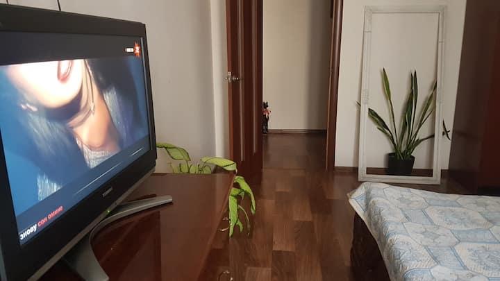 Комната в светлой квартире с хозяйкой.