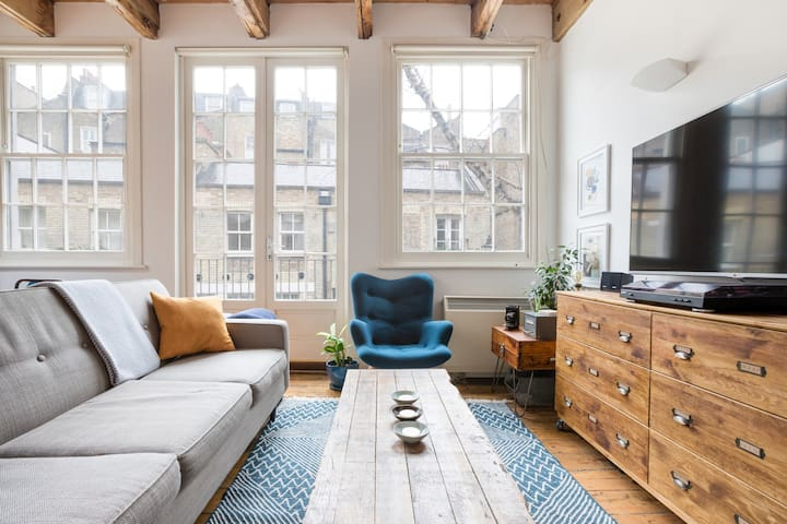 London Mews House with Wood beams