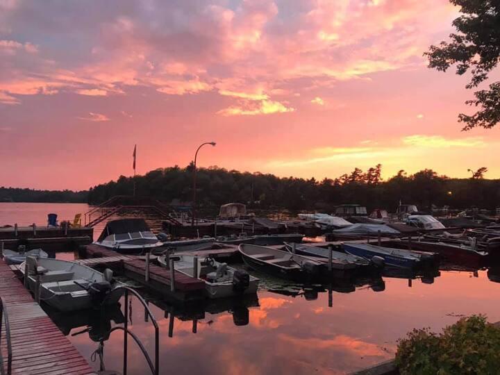 """""""Sunny Daze"""" Lakefront Charleston Lake Cottage"""