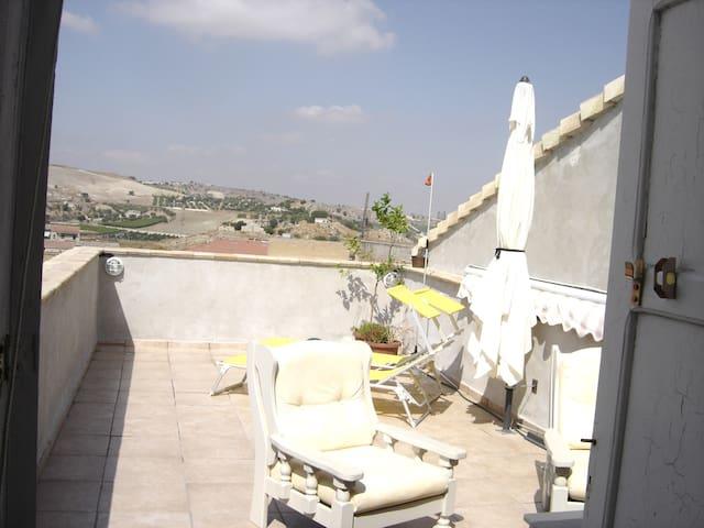 Riesi/Casa vista panoramica nel sud-est siciliano