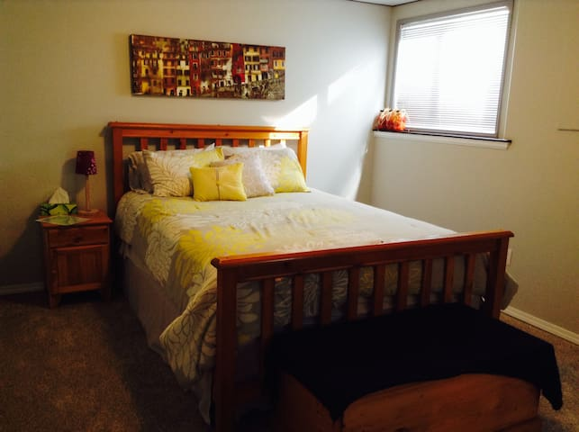 Private Basement with Cozy Bedroom in Cranbrook - Cranbrook - Hús