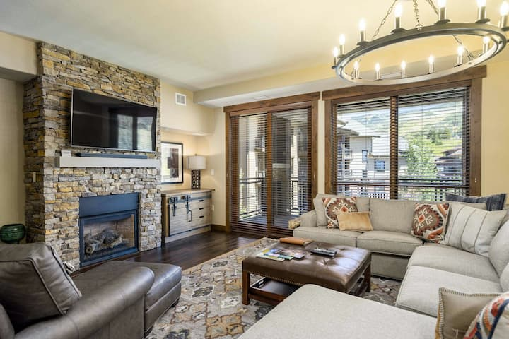 Polished & deluxe condo w/shared pool, hot tubs, gym & next to Wildhorse gondola