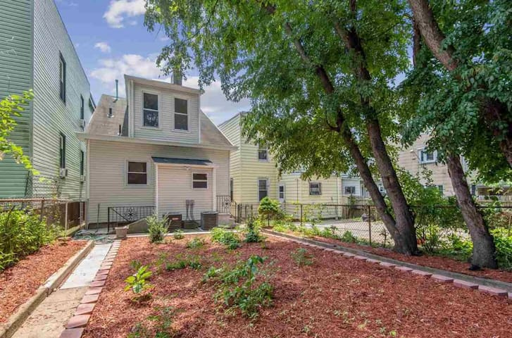 Cozy 2-bdrm House w/ Parking near park and NYC bus