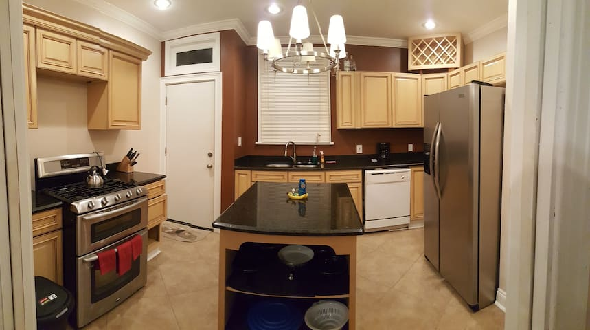 Cook and Play: Full Apartment with Lovely Kitchen - New Orleans - Apartment