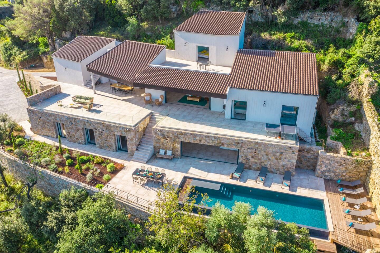 Villa sur 3 niveaux pensée pour se fondre harmonieusement à l' écrin naturel.