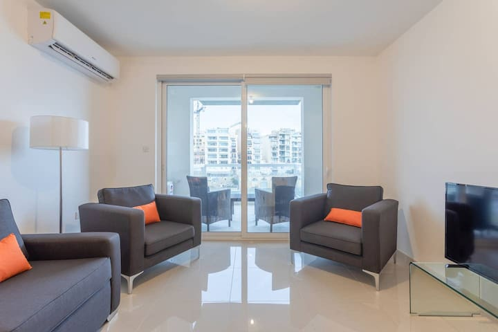 Lovely 2BR Seafront Flat - Views of Spinola Bay