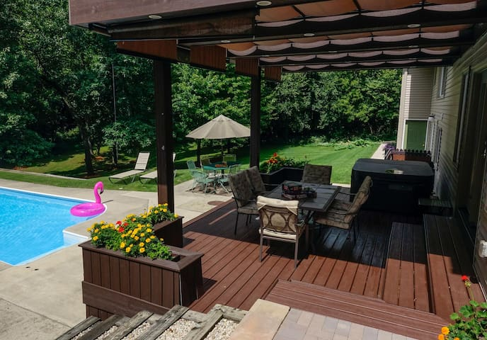 Deck with hot tub. Hot tub available year-round.