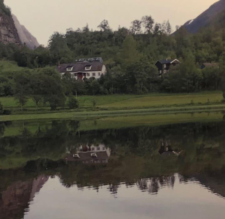 Fireroms leilighet i 2etg. i naturskjønne omgivelser.