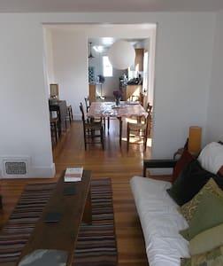 Light-filled 2nd/3rd Floors with porch & garden - 알링턴(Arlington)