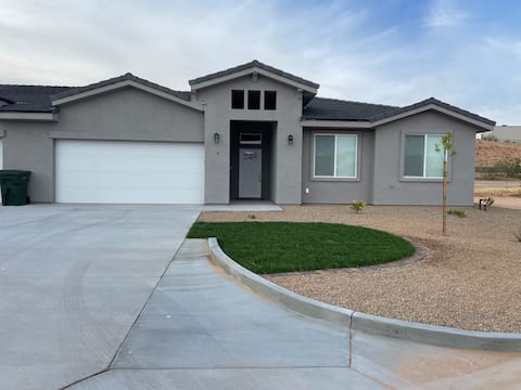 Brand New Home--Easy I-15 access & trailer parking